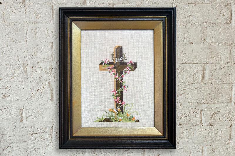 Гоблен кръст рамкиран в правоъгълна рамка от тъмно дърво със златна подрамка