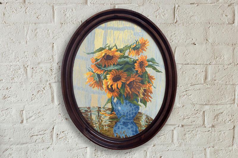 Гоблен слънчогледи рамкирани в елипсовидна рамка от дърво